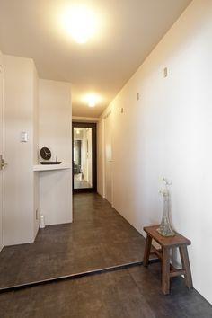 玄関(白いモルタル塗装はカフェよりカフェに?!人も集まり、猫も気持ちよくなるリノベーション)- 玄関事例