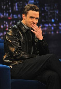 Justin Timberlake flashing his wedding band on Jimmy Fallon | Pictures