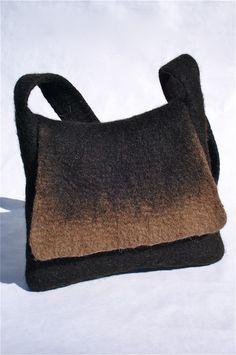 Sac en pure laine de mouton non teintée, sans coutures, épais et très résistant. Comporte une poche intérieure. Dimensions: hauteur: 28 cm , largeur en bas: 36 cm, longueur de la bandoulière: 105 cm. Je peux, sur demande, fabriquer ce […]