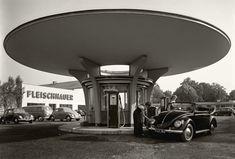 Mai 1953. Tankstelle am Autohaus Fleischhauer, Köln. Foto © artbookers.com/Archiv Wim Cox Koeln
