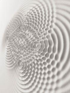 """坂井直樹の""""デザインの深読み"""": アーティストのロリス・チェッキーニによる進行中のレリーフ彫刻「Wall wave Vibrations」"""