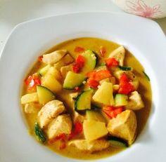 Hähnchen-Gemüse-Pfanne von Melanie TscheikAbendessen, MittagessenLow Carb, Low FatBraten, Kochen Mai 19, 2015 5.0 9 Zubereitung: 5 min. Kochzeit: 10 min. 5 min. 10 min. 15 min. Menge: 4 Share 1113 Vollbild Zutaten 400 g Hähnchenbrustfilet 1/2 Zucchini 1 rote Paprika 4 Scheiben Ananas ( aus der Dose, natursüße) 1 Dose Kokusnussmilch light Curry, Salz, Pfeffer, …