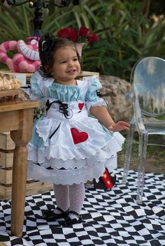 Fantasia Alice no pais das maravilhas R$ 250,00 Tea Party Birthday, Princess Birthday, Baby Birthday, Alice In Wonderland Birthday, Alice In Wonderland Tea Party, Barbie Paris, Alice Tea Party, Heart Party, Balloon Decorations Party
