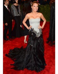Sur le tapis rouge, elle aime jouer les divas et sort pour cela, sa longue robe à traîne Gucci.