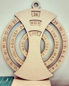 Excellent beautiful DIY desk calendar ideas - Home & DIY Woodworking Projects That Sell, Cnc Projects, Woodworking Shop, Woodworking Crafts, Woodworking Plans, Woodworking Furniture, Furniture Projects, System Furniture, Kid Furniture