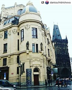 The Municipal house and The Powder tower Prague with @danica.fridrichova #picofday  Architecture & history  #architecture #history #middleages #prag #europe #decoration #art #tbt #arquitetura #historias #arquitectura #histoire #kunst #architektura #travel #traveling #instafollow #instalike