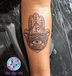 Tattoo Hamsá da Promo Obrigada Luana 😍😘 Snap mansurtattoo whats 51 98406.5684 #tattoo #tattoos #tatuagem #tatuagens #tattoogirl #hamsatattoo #blacktattoo #tatuada #tatuagemhamsa #hamsatatuagem #tattooworld #tatuage #pelepretatatuada #tatuagemfeminina...
