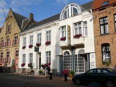 Hotel Croonhof in hartje Veurne heeft nette, comfortabele kamers. De wijnliefhebbers kunnen een glaasje drinken in de wijnbar.