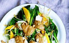 Perfekt til den lette aftensmad. Kog evt. 200 g fuldkorns-eller almindelige nudler, og vend dem i salaten.