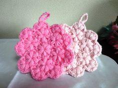 「小花のアクリルたわし」小花が可愛いアクリルたわしです。リフ編みを少しアレンジしてお花模様が浮き出るようにしました! 厚すぎるとこもなく、アクリルたわしには調度良いと思います。 4段編んで完成します。Let´s Try!! [材料]アクリル毛糸(並太)