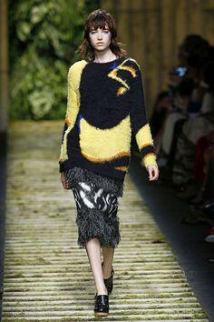 O tropicalismo de pegada esportiva é o mote do desfile de primavera-verão 2017 da Max Mara, apresentado na Semana de Moda de Milão.