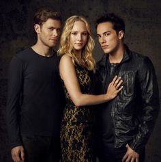 New 'The Vampire Diaries' Tonight!: Photo Candice Accola gets mashed between Joseph Morgan and Michael Trevino in this new cast pic from The Vampire Diaries. Caroline Forbes, Klaus E Caroline, Tyler And Caroline, Serie The Vampire Diaries, Vampire Diaries Seasons, Vampire Diaries The Originals, Tyler Vampire Diaries, Joseph Morgan, Tyler Joseph