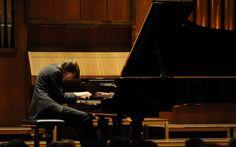 Auftritt, flinke Verneigung mit herzlichem Lächeln. Daniil Trifonov, 21 Jahre jung, setzt sich ohne Anstalten ans Klavier, benötigt keine Notenblätter, nur wenige Augenblicke, um sich zu sammeln und schon fliegen seine Finger über die Tasten. Wuchtig und unmittelbar erfasst den Zuhörer die seismische Woge der Begeisterung und Liebe, die dieser junge Mann für das Klavierspiel in sich trägt. Er hat es nicht nur im Blut, er hat es in der DNS, würde ich meinen.