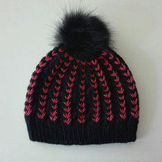Voici un bonnet bicolore à pompon tricoté.