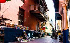 KOLONIAL STIL: Gatene i Santa Martas historiske sentrum har spansk preg.