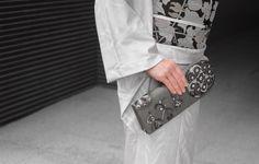 収納という実用面ではなく、アクセサリーの一つとして、最近特に注目されているクラッチバッグ。となみ織物の意匠が上手く生きるモノに関して、力を入れて製作をしています。  写真はインドテキスタイルをモチーフに図案を製作したものです。 ※織:交紗織  『Webshop仙福屋より』 http://www.senpukuya.jp/products/detail.php?product_id=69