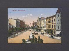 """Gnieźnianie, rozpoznajecie okolicę? Ta pamiątkowa kartka z ok. 1915 r. ukazuje część obecnej ul. Dąbrówki w Gnieźnie (wówczas – Wilhelmstrasse) w kierunku Rynku, ujętą od strony skrzyżowania z obecnymi ulicami: Kardynała Wyszyńskiego (wówczas - Tremessenerstrasse) i Łubieńskiego (z lewej strony, wówczas – Poststrasse). Na pierwszym planie zaś fontanna zwana przez mieszkańców miasta """"Źródełkiem trojga dzieci""""."""