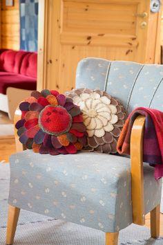 Tee upea tyyny vanhoista villapaidoista | ET Recycled Crafts, Armchair, Recycling, Furniture, Home Decor, Sofa Chair, Single Sofa, Decoration Home, Room Decor