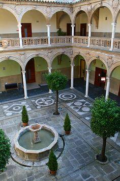 Pretty courtyard in the renaissance town of Ubeda, Spain Kim deyə bilər, bu, bizim hansı abidəmizi xatırladır?