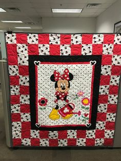 Minnie Mouse Red/Black/White Polka Dot Quilt with Center Minnie Mouse Panel. Blocks are made with red/white polka dots and Minnie Mouse fabrics. Backing is large red polka dots. Patchwork Quilt Patterns, Beginner Quilt Patterns, Quilting For Beginners, Quilt Tutorials, Quilting Tips, Mickey Mouse Quilt, Minnie Mouse Fabric, Disney Quilt, Disney Bedding