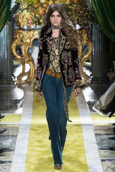 Roberto Cavalli Fall 2016 Ready-to-Wear Collection Photos - Vogue 70s Fashion, Love Fashion, Runway Fashion, Fashion Show, Autumn Fashion, Fashion Design, Fashion Trends, Milan Fashion, Roberto Cavalli