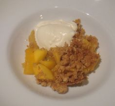 Tropical Fruit Crumble - I love crumbles but don't usually think of using tropic fruits. Fruit Crumble, Asian Desserts, Squash Soup, Easy Weight Loss, Good Food, Food And Drink, Easy Meals, Tropical, Simple Recipes