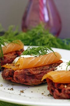 Lovely beetroot cakes served with smoked salmon. Cakes are accompanied with horseradish sauce and fresh dill. Seafood Pasta, Fish And Seafood, Seafood Recipes, Horseradish Sauce, Borscht, Tasty, Yummy Food, Potato Cakes, Cake Servings
