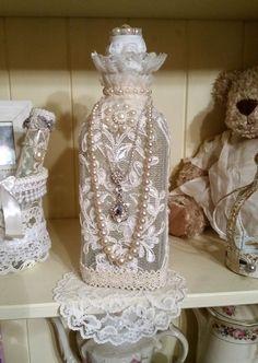 Magnifique flacon vintage tulle brodé esprit très shabby chic : Accessoires de maison par les-intemporels