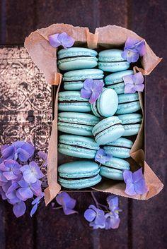 How dreamy are these aqua blue macarons?
