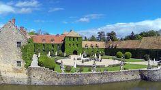 Accueillir vos invités dans un château fort du XIIIème siècle pour célébrer votre union vous fait rêver? Direction les salons du Château de Villiers-le-Mahieu.