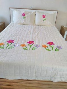 New Quilting Bedding Bedspreads 50 Ideas Hand Embroidery Videos, Crewel Embroidery, Embroidery Designs, Bed Sheet Painting Design, Fabric Painting, Hand Applique, Applique Quilts, Sheet Curtains, Bed Cover Design