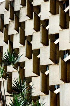 Fachada do Tribunal Regional do Trabalho  Relevo em concreto - Atthos Bulcao / Arquiteto Evandro Pinto da Silva 1978