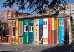 Biblioteca Escolar. Este enorme estantería estaba pintado en el patio de una escuela en Tyumen, grupo de arte ruso de Color de la ciudad.