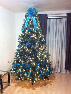 Árbol con adornos azules