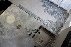 una de mis fotos favoritas de la cocina de casa decor - una perspectiva fantastica del suelo y la encimera