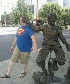 People Making Awkward Fun With Statues. Fun with statues and Funny Statue pictures. Some say they're simply having fun with statues not paining. Stupid Funny Memes, Funny Fails, Fun With Statues, Funny Statues, Funny Images, Funny Pictures, Hilarious Photos, Awkward Pictures, Funny Poses