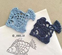 Coisa linda esses peixinhos ótimos para aplique crochet aplique via shHobby: Damskie pasje i hobby. Odkryj i pokaż innym Twoje hobby.Crochet Patterns Stitches Decorate it with a beautiful coaster that can be made into a renderer with a t . Marque-pages Au Crochet, Beau Crochet, Crochet Fish, Crochet Motifs, Freeform Crochet, Crochet Diagram, Crochet Squares, Love Crochet, Irish Crochet