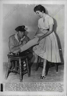 1954 Michael Wilding Signs Elizabeth Taylor's Cast  Press Photo picclick.com