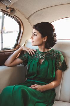 Emerald wedding gown-- I don't think I would where this for a wedding dress, but I think it's a beautiful bridesmaid dress and universally flattering Why do you keep pinning dresses you can't give a site to buy it . Looks Street Style, Looks Style, Green Wedding Dresses, Dress Wedding, Hair Wedding, Wedding Reception, Bride Dresses, Cocktail Wedding Dress, Wedding Outfits