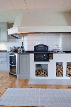 Titta in i det varsamt renoverade - Lukin Michael - Kitchen Bars Swedish Kitchen, Kitchen Decor, Kitchen Design, Outdoor Kitchen Bars, Cocinas Kitchen, Kitchen Time, Herd, Interior Design Living Room, Cool Kitchens
