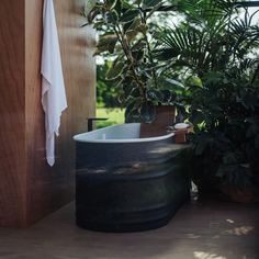 Vieques Outdoor is a bathroom collection created by Spanish architect and designer Patricia Urquiola for Italian bathroom brand Agape, which was originally designed by Urquiola for a Caribbean spa resort. Diy Wall Decor, Diy Home Decor, Home Bedroom, Bedroom Decor, Black Bathtub, Outdoor Bathtub, Mug Design, Interior Decorating, Interior Design