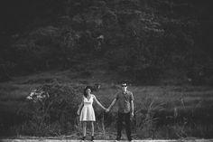 """Hoje vamos compartilhar com vocês as fotos pré-casamento da Nadima + Bruno. Eles escolheram a Chapada dos Veadeiros para registrarem uma fase linda: o pré-casamento! Somos amantes dos registros em geral. É sempre tão especial ter fotos que eternizam momentos incríveis! """"Primeiramente gostaria de agradecer vocês ..."""