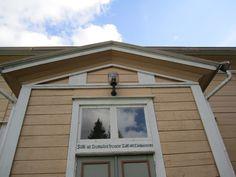 Suomusjärven kirkon ovenpäällis ikkuna