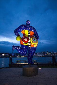 Skulptur von Niki de Saint Phalle vor dem Stage Theater im Hafen Hamburg | Bildschönes Hamburg