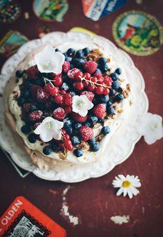 Pavlova with cream, daim and fresh berries | Linda Lomelino