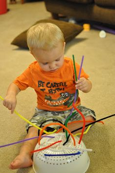 Toddler Pipe Cleaner and Strainer: It's not just older kids who can benefit from creative play activities! They can also help babies develop all senses and their fine and gross motor skills. Toddler Play, Toddler Learning, Baby Play, Toddler Crafts, Activities For Babies Under One, Activities For 2 Year Olds, Games For Toddlers, Games For Babies, Fine Motor