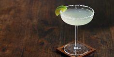 Der Frühling traut sich so langsam hervor und wir stimmen uns mit einem feinen Drink auf die wärmeren Temperaturen ein… Unser Rezept für den Klassiker #Margarita findet ihr in unserem Magazin. #Cocktail #lecker #Rezept Tequila, Eat Smarter, Margarita, Champagne, Cocktails, Tableware, Alcoholic Beverages, Recipes, Christmas