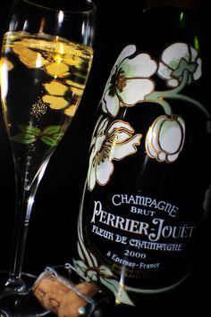 Evolution maitrisée :C'est l'excellence de la marque qui est contenue dans cette bouteille. Cette bouteille ne contient que du Champagne millésimé de la marque récolté dans les meilleures parcelles. Chaque bouteille est issue d'une seule année et est vendue en série limitée avec ses gravures uniques. Par le jeu de la rareté et de l'exception, Perrier Jouet maîtrise tout l'enjeu autour de ce produit.