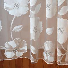 Duży wzór kwiatowy na organzie. Dół obciążony ołowianką, dzięki której tkanina ładnie się układa.