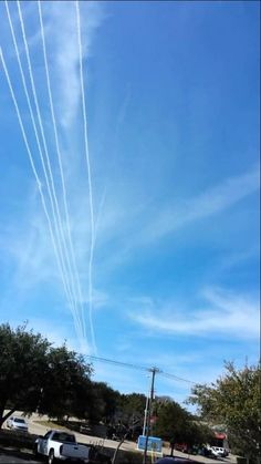 Five Chemtrail Planes Spraying In Formation!!! - YouTube